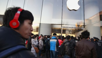Tim Cook quer aproximar Apple e China; senadores dos EUA não curtiram