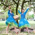 De Meisjes van het Compliment in blauwe jurken