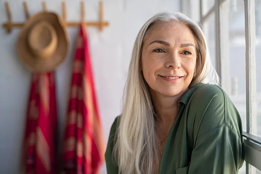 Mujer mayor de 40 sonriendo.