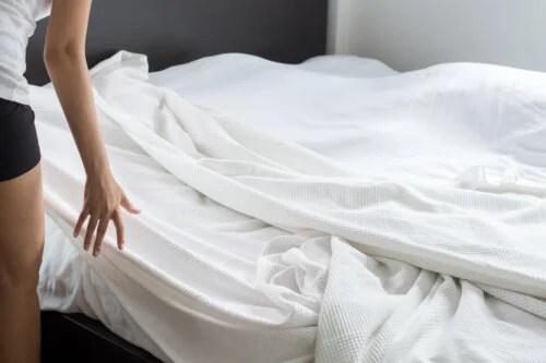 ¿Cómo evitar que las sábanas se salgan de la cama?