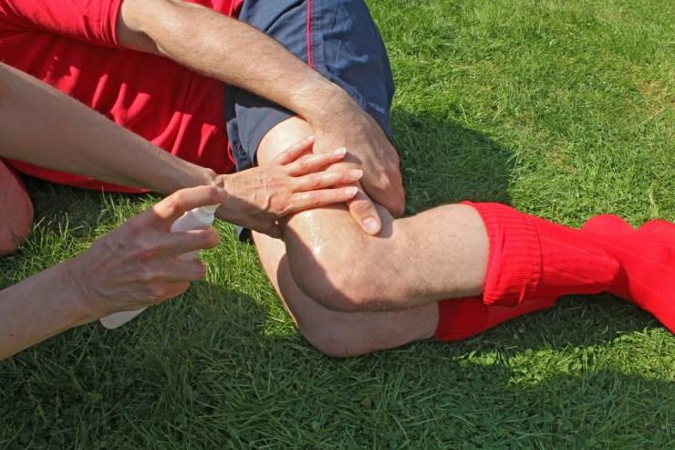 Lesión de rodilla en el fútbol por mal calzado.