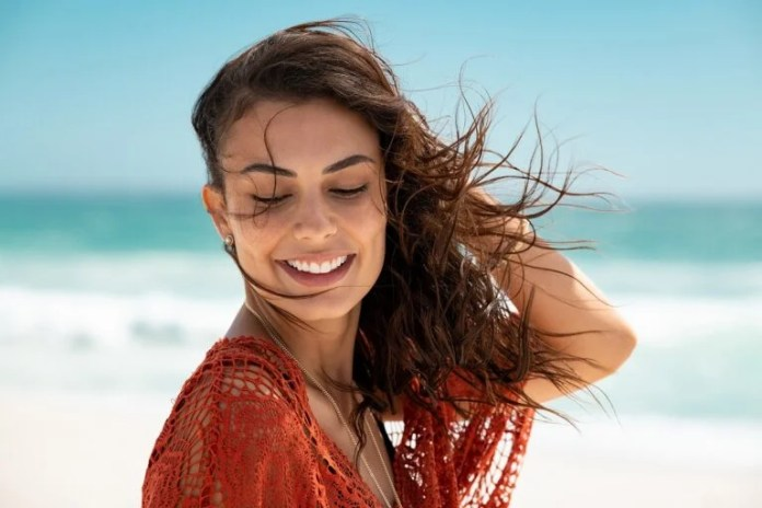 6 tips to wash your hair after going to the beach