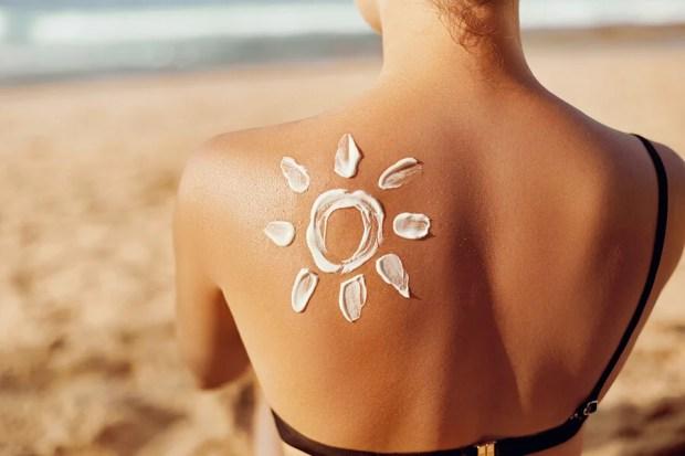 chica en la playa de espaldas