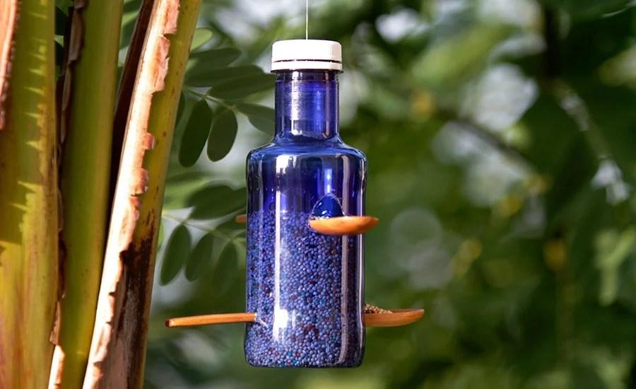 Reutilizar botellas de plástico: comederos para pájaros