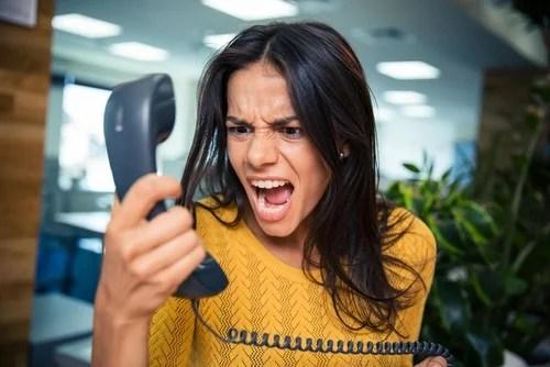mujer gritando al teléfono