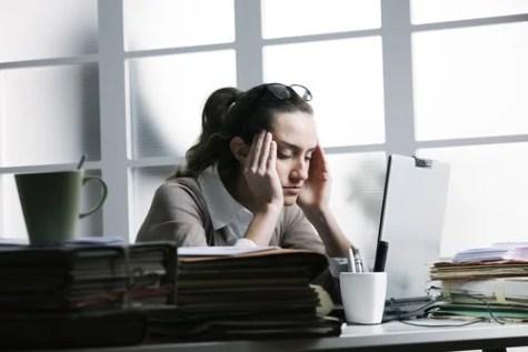 femme d'affaires avec mal de tête