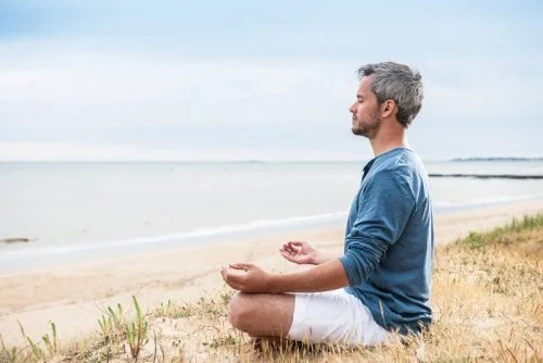 hombre-practicando-yoga