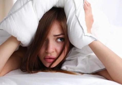 Mujer-con-almohada-en-la-cabeza