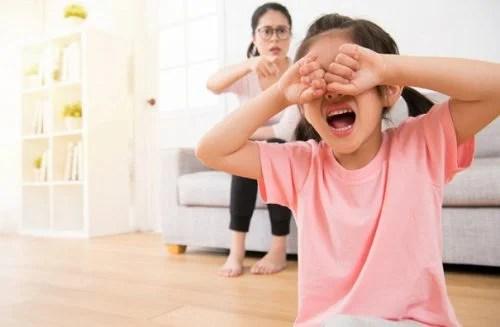 niña intentando manipular a su madre