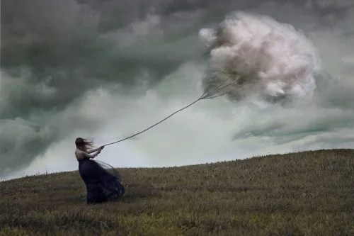 mujer-atrapando-una-nube