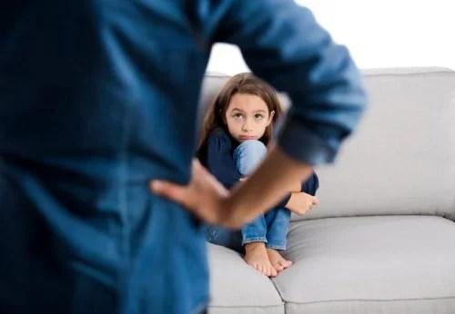 niña siendo castigada