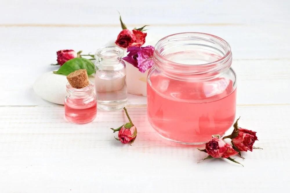 Con agua de rosas
