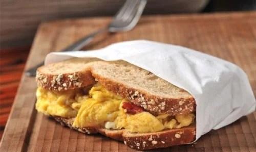 Sandwich con huevo y pan integral.