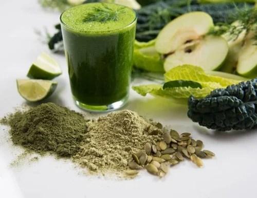 Batido verde con alimentos vegetales.