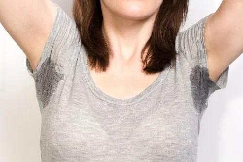 Mujer con sudor en las axilas