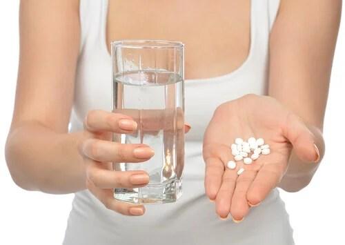 Mulher tomando medicação