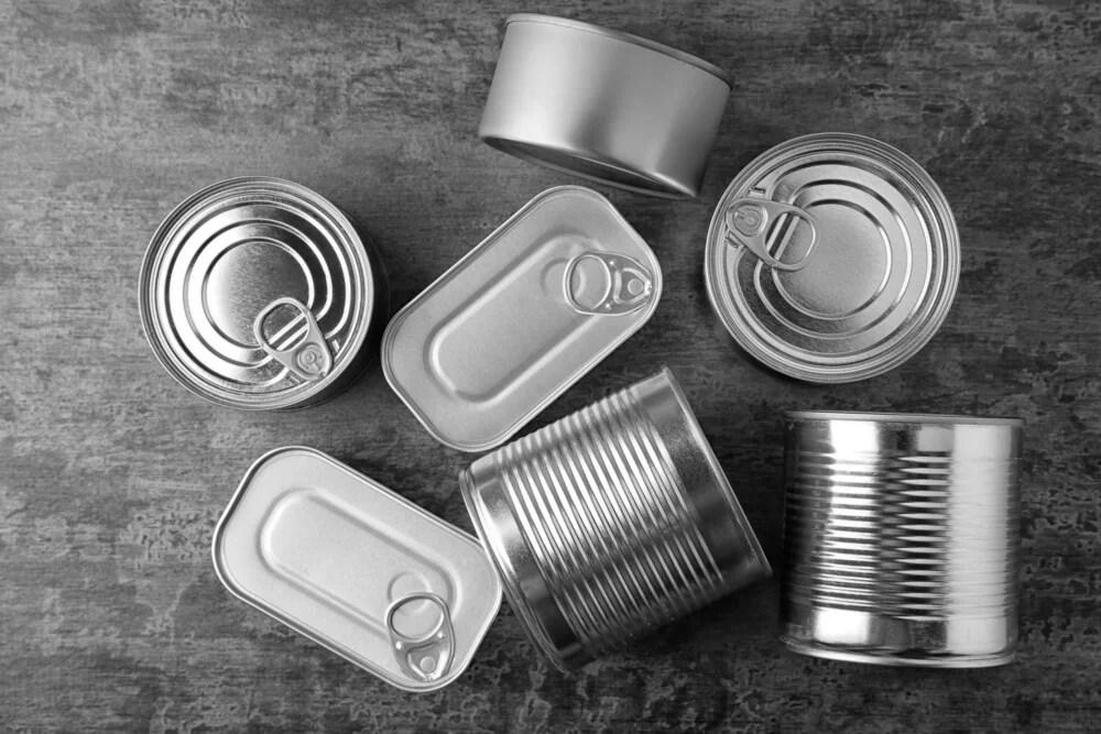 Se pueden hacer centros de mesa con latas.