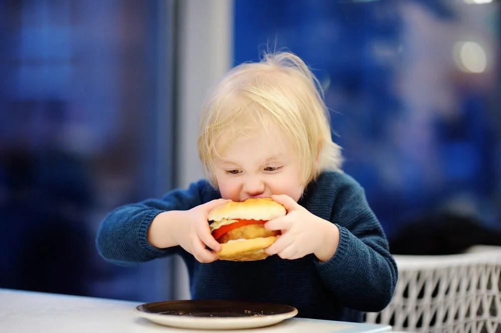 É possível prevenir a obesidade infantil, descubra como fazê-lo