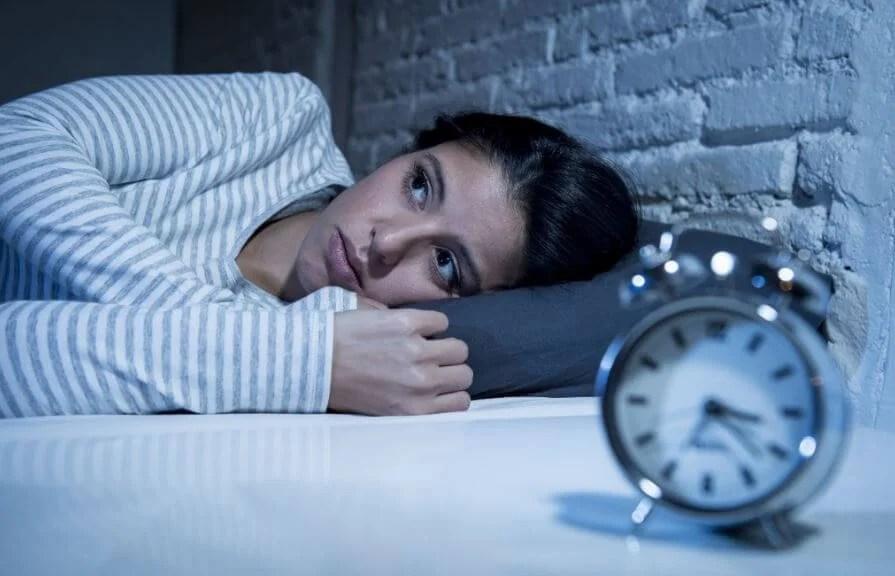 Tener insomnio.