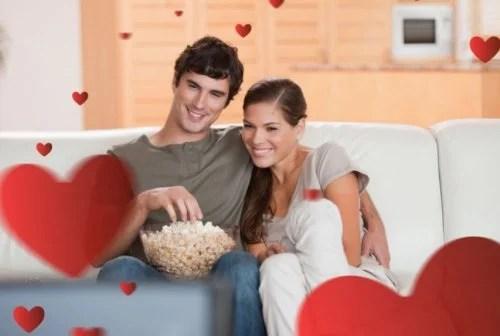 Ver una película romántica en pareja.