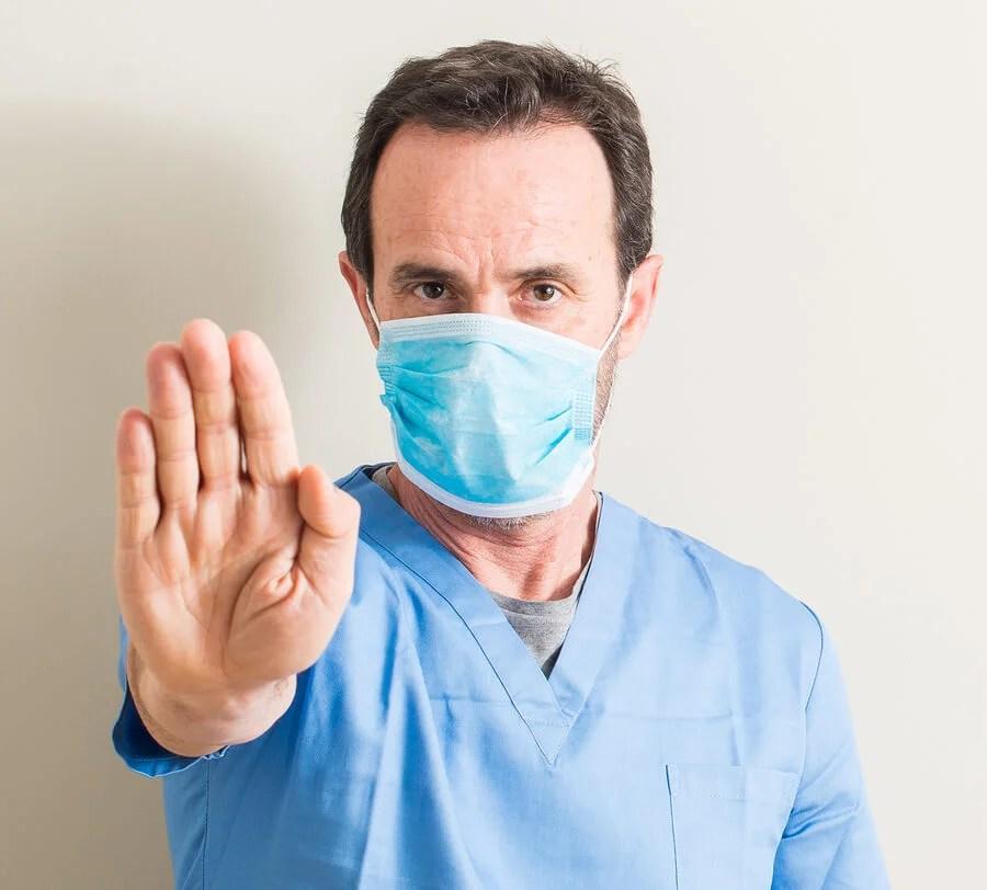 Doctor con mascarilla