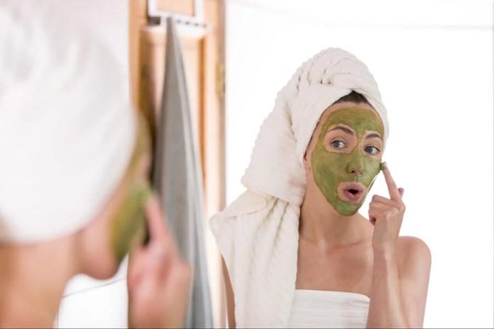 Mujer aplicándose mascarilla de té verde para tratar el acné