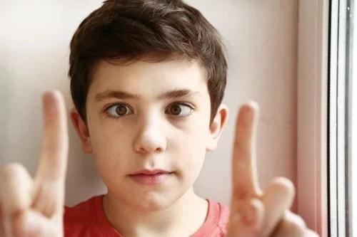 Niño con estrabismo.