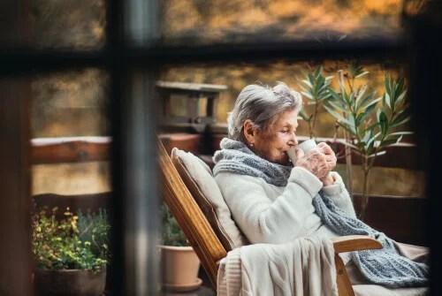 personas mayores en cuarentena en su casa