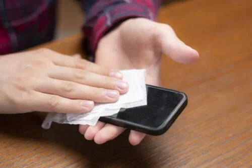 Cómo limpiar el móvil de forma correcta