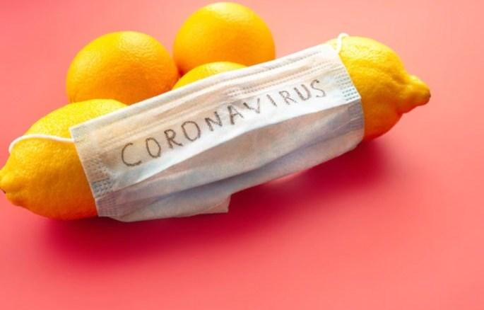 Fruta protegida con mascarilla coronavirus