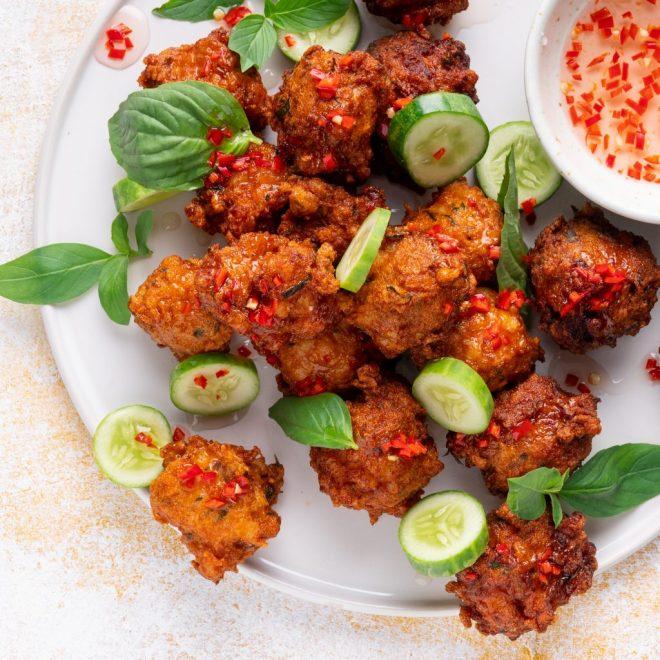 Langostinos tailandeses y pasteles de pescado