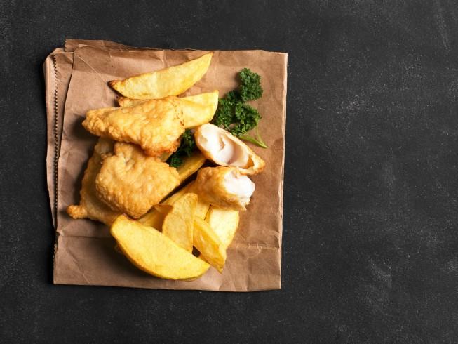 foto de pescado con patatas fritas tradicional inglés rebozado con cerveza