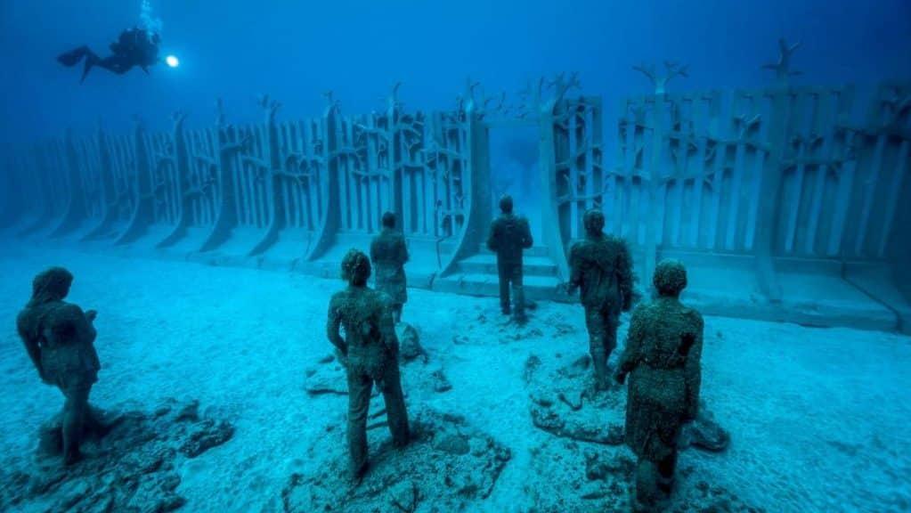 Playa Blanca es una excelente zona donde dormir en Lanzarote para buceo y submarinismo