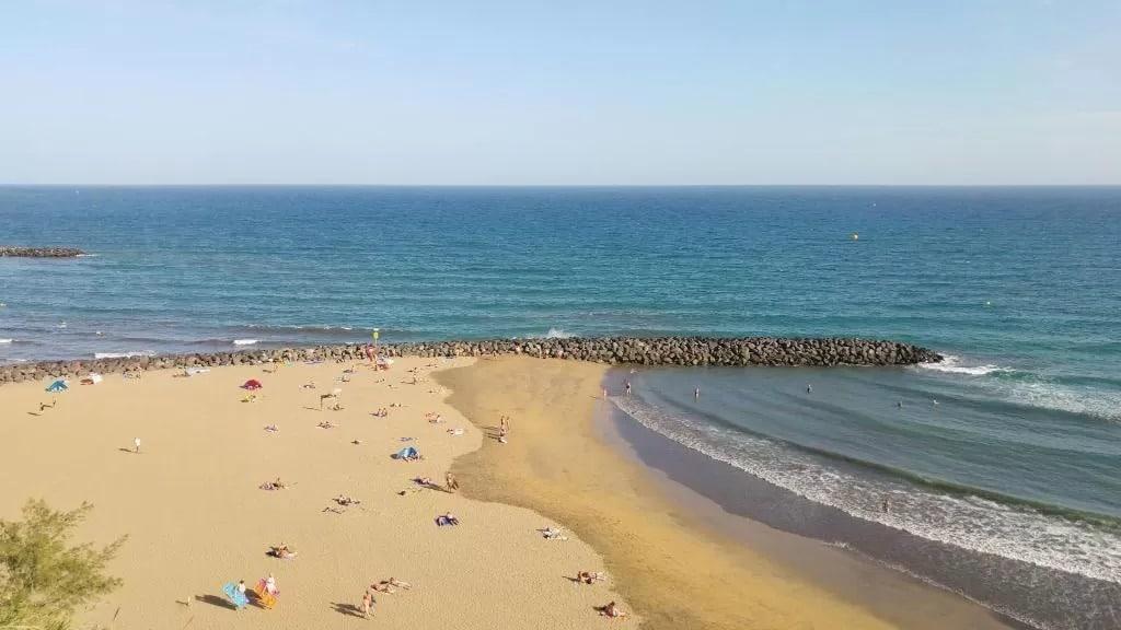 Playa del Inglés es una de las mejores zonas de playa donde alojarse en Gran Canaria
