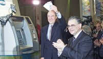 2001- Costas Simitis şi Lucas Papademos, la trecerea de la drahmă la euro, trecere despre care se spune că a fost măsluită în documente. Ce făcea UE atunci, dormea?