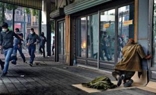 Atena 2012 - un oraş în care nimeni nu mai aplică legea - grecilor le e teamă să traverseze în miezul zilei anumite zone din centrul capitalei.