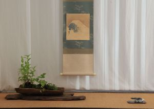 This Kusamono is showed alone. The scroll evokes the melting snow and the cute tenpai (the litte badger figure) evokes the end of lethargy