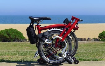 Seaside bliss - Red Brompton, golden sand, green grass & blue sea - @daynaa2000