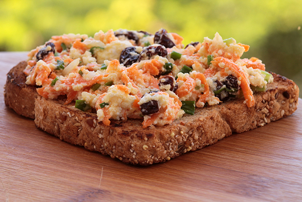 Sanduíche com pasta de ricota, cenoura e passas agridoce