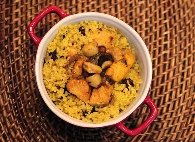 Cuscuz marroquino de frango, castanhas e uvas-passas