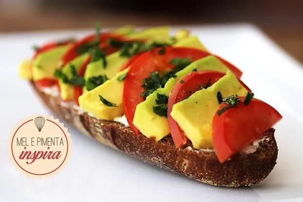 Sanduíche aberto de abacate, tomate e queijo cottage