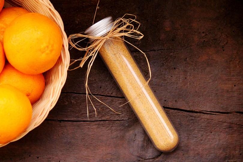 A farinha de casca de bergamota, tangerina desidratada pode ser usada em vários pratos. Confira a receita de tempero para carne suína usando essa farinha.