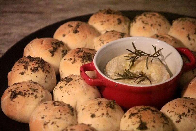 Receita de pães de leite assados com queijo camembert