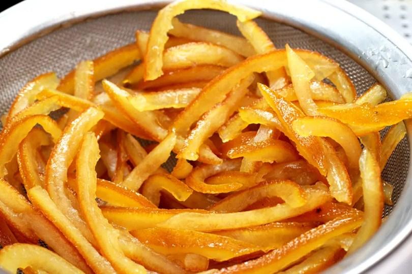 Casca de laranja cristalizada - Prepare em casa essas deliciosas casquinhas de laranja cristalizadas e cobertas por uma camada de chocolate meio amargo. Aproveite os alimentos por completo e use as cascas para fazer essa delícia. Confira a receita.