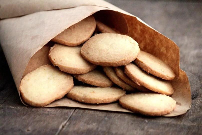 Receita de biscoito amanteigado caseiro - Faça esses deliciosos biscoitos amanteigados em casa. A receita é muito fácil e você pode preparar com as crianças. Eles são uma ótima opção para o lanche, para um piquenique e também para dar de presente.