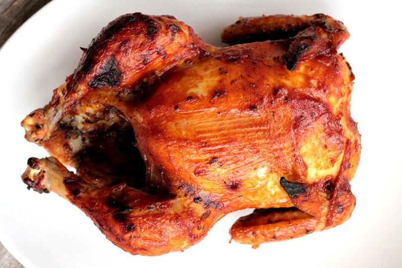 Frango inteiro assado ao molho de vinho - Um delicioso frango assado com molho barbecue caseiro feito com vinho tinto e maçã. Fácil e simplesmente delicioso. Confira a receita!