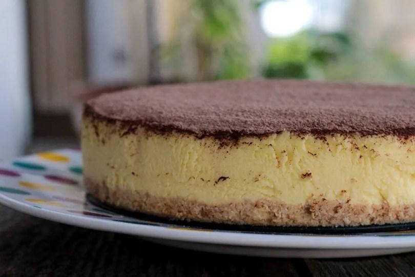 Cheesecake New York Style - Prepare essa sobremesa cremosa e simplesmente deliciosa feita com cream cheese, biscoito maizena e uma camada de creme azedo. Confira essa receita clássica e muito tradicional em Nova York e pelo mundo todo.