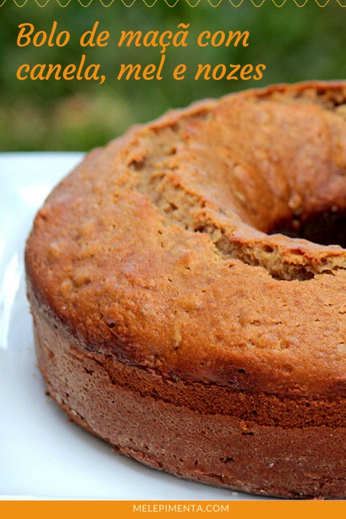 Bolo de maçã com canela - Um bolo fácil e simplesmente delicioso para você preparar na sua casa. Ele leva mel, açúcar mascavo, nozes e as maçãs que deixam o bolo muito úmido. O bolo de maçã também é sem lactose.