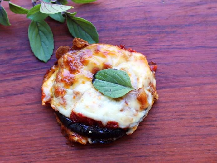 Fatias de berinjela com queijo e molho de tomates