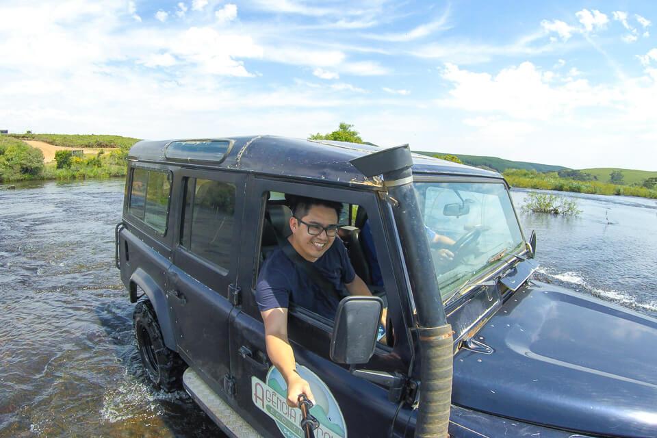 O que ver e fazer em Cambará do Sul? Passeio de lande rover na água